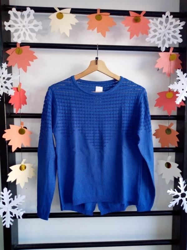 Sweater azul con detalle de calado