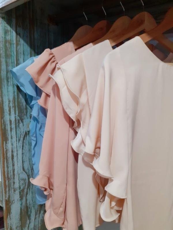 blusa de satén con volados